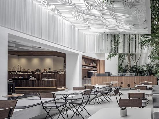 los kois asociaron a arquitectos cuelgan el toldo escultural del techo sobre café del museo en Atenas