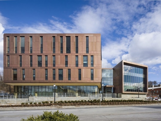 El edificio académico cruz-laminado más grande de la madera de la nación es un icono de la continuidad
