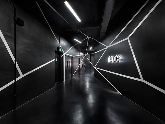 el ministerio de la instalación robótica del diseño en Singapur ofrece una piel metálica hipnótica