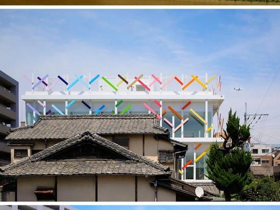 """Las """"ramas coloridas"""" cubren este nuevo edificio de la guardería en Japón"""
