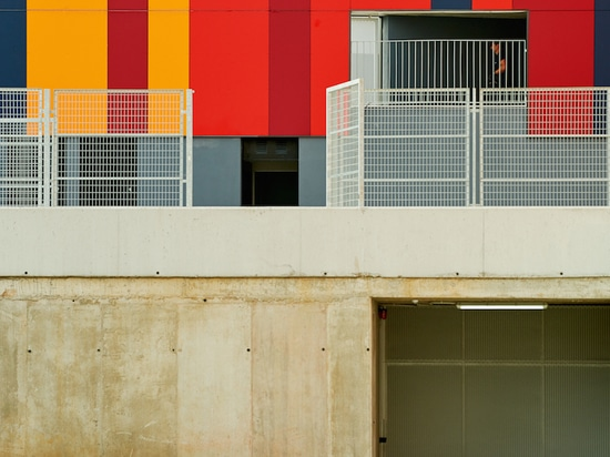 la rehabilitación colorida de los foraster intercambia los aspectos estándar del cemento de una escuela en Bilbao