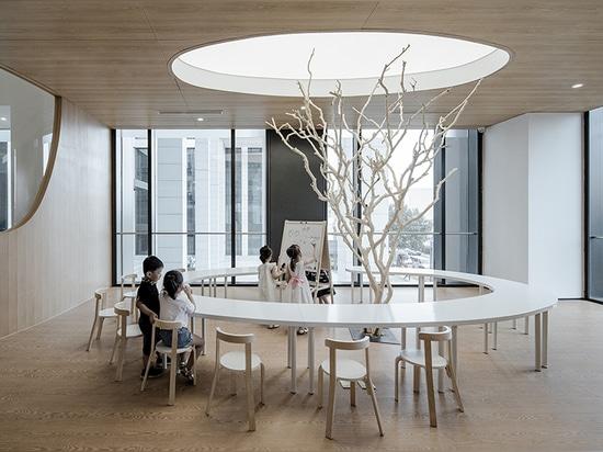 la escuela del arte de los niños de los archstudio ofrece las gamas múltiples de colinas madera-revestidas artificiales
