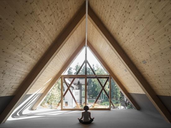 los arquitectos del messner sitúan su capilla nuevamente renovada de San José en el bosque alpino