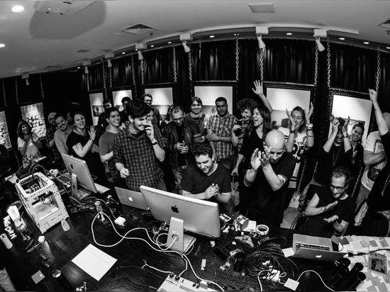 FLAGCX (toda la gente junto). Foto de Victor Nomoto, odio de destello