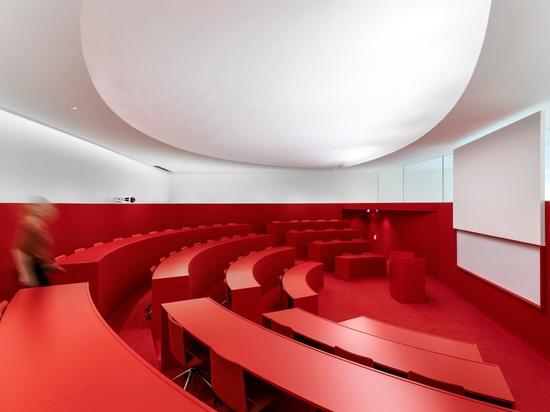 Un teatro de conferencia iluminado con SUPERSYSTEM II de Zumtobel
