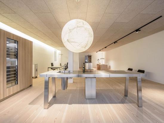 Sala de exposición A04 con los entarimados de Douglas 300series del natur del pur