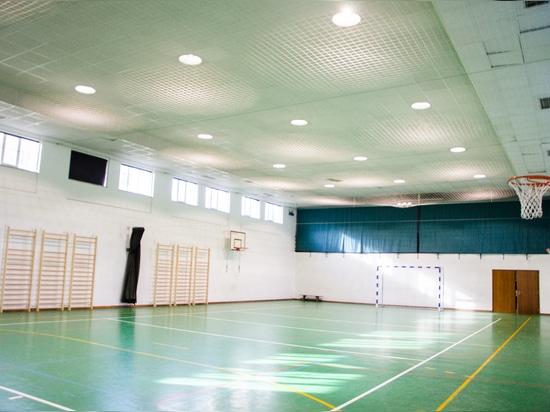 Pabellón deportivo con iluminación industrial de Brilumen