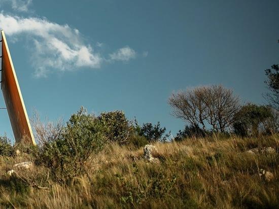 La capilla del sacromonte de MAPA en Uruguay respeta el paisaje negando su confinamiento