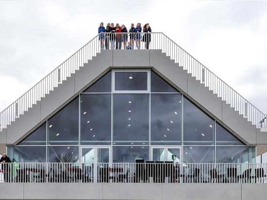 Rotterdam. Una casa piramidal del club debajo de dos graderías cubiertas