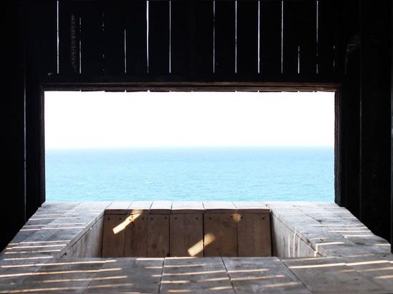 Kieran Donnellan trabaja con los estudiantes para construir la capilla minúscula del clifftop en Líbano
