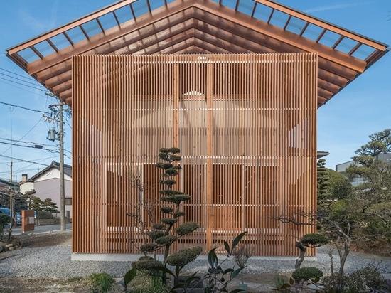 la casa de los mizuishi del kota en otai tiene una pantalla de la madera que incluya un espacio al aire libre abrigado