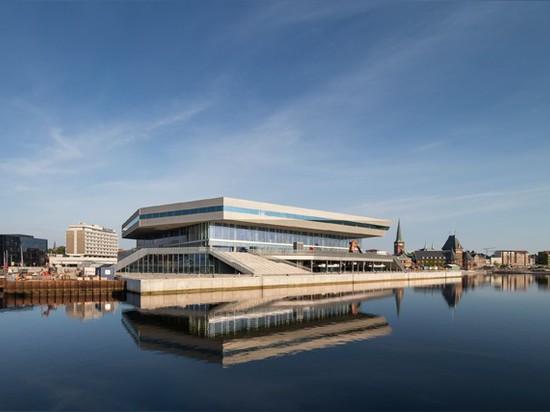 el martillo lassen de Schmidt revela la biblioteca poligonal extensa por el riverbank en Dinamarca