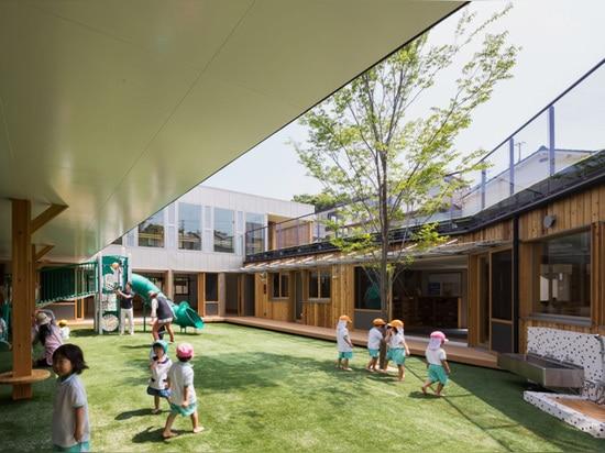 el equipo de diseño colocó el patio en el centro del plan