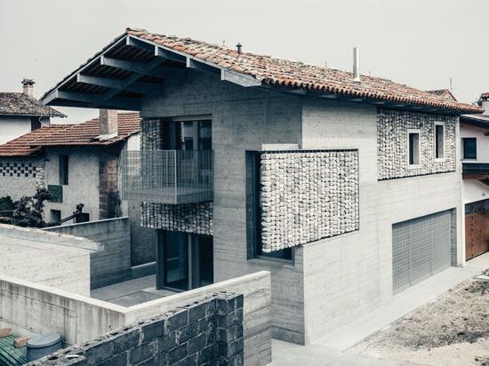 Detalle del diseño – las cortinas de piedra fueron añadidas al exterior de esta casa