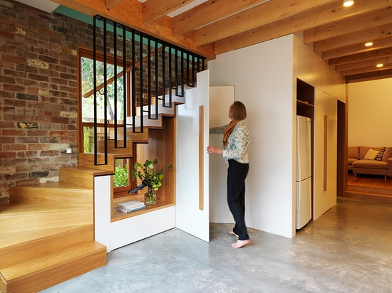 Detalle del diseño – un recorte fue creado por debajo las escaleras para permitir que la luz viaje a través