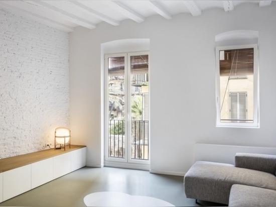 El apartamento histórico se rehabilita en un hogar brillante y moderno en Barcelona