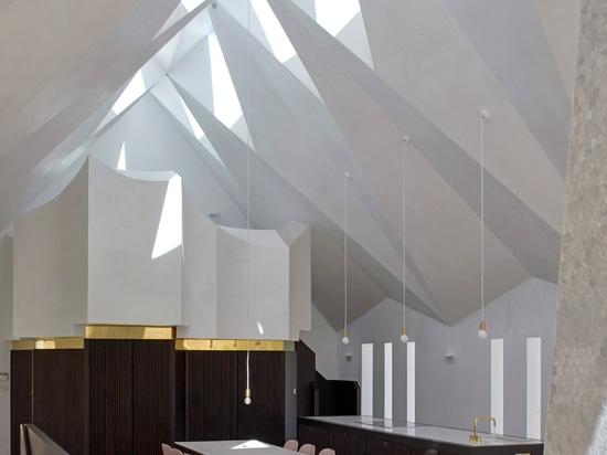 Partes movibles de los trabajos manuales a casa con el tejado gótico moderno tallado en capilla abandonada
