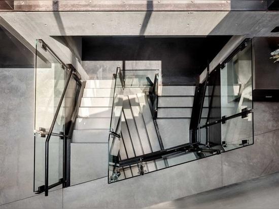 el shubin donaldson envuelve la residencia de California en las pantallas de madera y el vidrio del ipe
