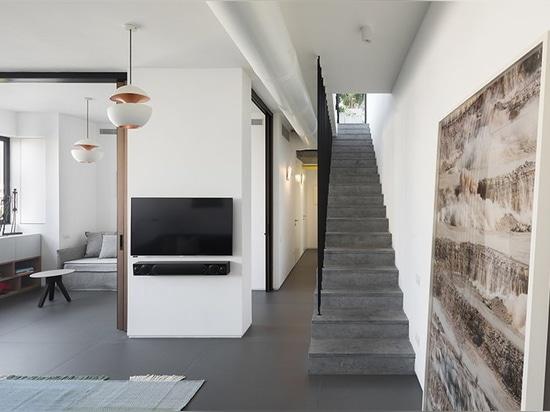 este apartamento del día de fiesta en Tel Aviv ofrece la terraza abierta del tejado con la ducha en él
