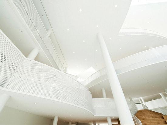 las plataformas traslapadas ofrecen varios grados de luz del día, de transparencia y de intimidad