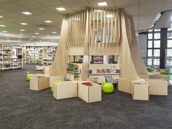 un estante de libro escultural de la madera