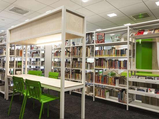 el asiento y las tablas son integrados en los estantes de libro