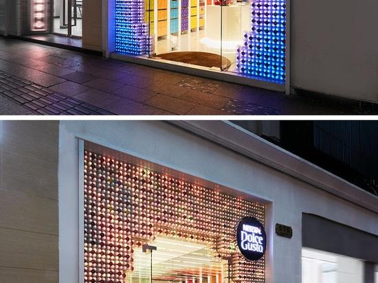 3.000 cápsulas del café con las luces LED programables se han utilizado para crear esta fachada al por menor