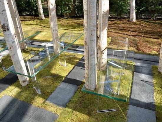 el kuma del kengo combina troncos y el vidrio de árbol para la capilla del musgo del abedul en Japón