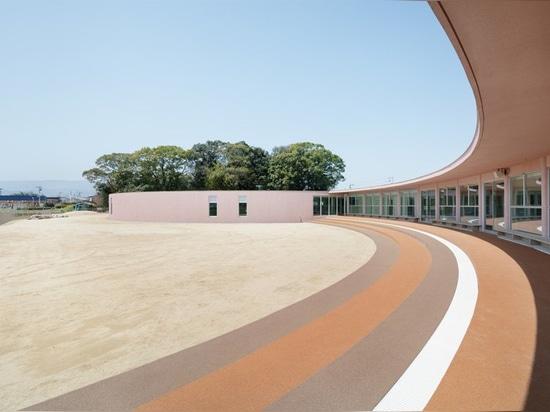 el fujimura del ryuji remata la guardería del subaru en Japón con el tejado concreto curvado