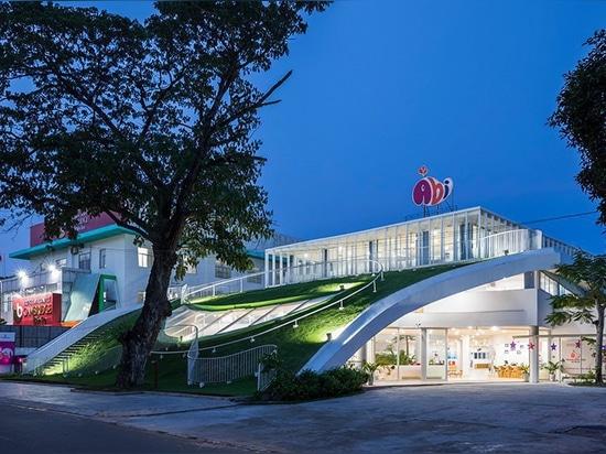 la guardería en Vietnam por el kientruc o ofrece un área de juego ajardinada de la cumbre