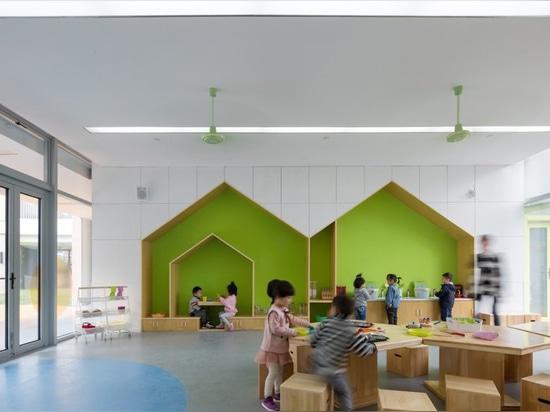 el complejo de la guardería en Shangai por la masa de la oficina se forma como el símbolo del infinito