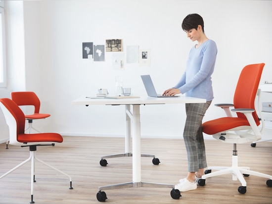 La silla AT ESP es ideal para sentarse o simplemente apoyarse en ella. Foto: Wilkhahn