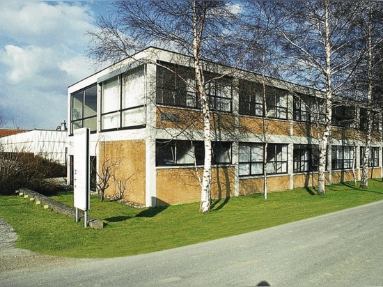 El edificio de oficinas Wilkhahn, basado en los planos del estudiante de la Bauhaus Herbert Hirche, en Eimbeckhausen (1960).