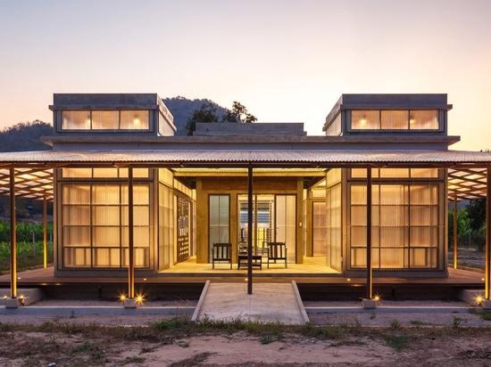 junsekino construye una biblioteca translúcida para una comunidad en una zona rural de Tailandia