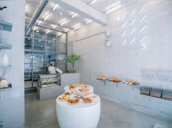 fathom diseña la panadería japonesa ripi como un espacio continuo de hormigón y vidrio