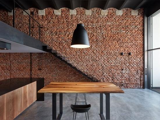 unidades de almacenamiento de cervecería abandonadas en praga restauradas en lofts industriales por arquitectos de CMC