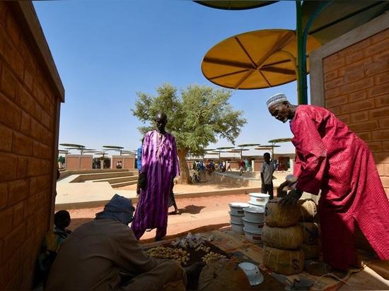 atelier masomi utiliza coloridos toldos de metal para construir el mercado de dandaji en níger