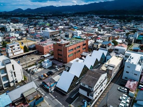 tezuka architects diseña el ayuntamiento de tomioka con una línea de techo dentada y distintiva
