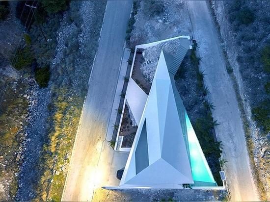 314 estudio de arquitectura dobla una casa como origami en la ladera griega