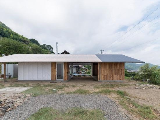 ICADA corona una casa japonesa con un techo de numerosos agujeros que se asemejan a un cielo estrellado