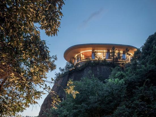 mountaintop hotel en china ofrece vistas de un paisaje de ríos, bosques y colinas