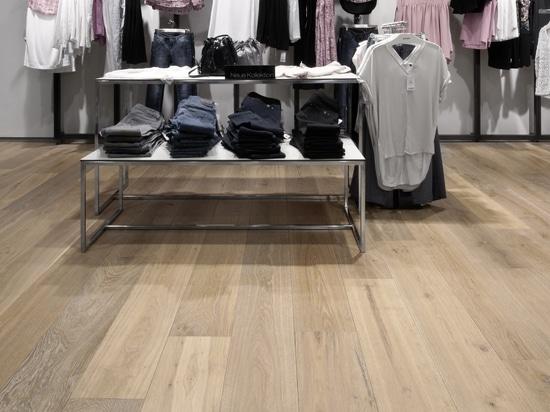 Dennebos diseñó el piso de roble en un color hecho a la medida.