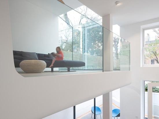 Elementos escultóricos de madera son una característica que se encuentra en toda esta casa en Londres