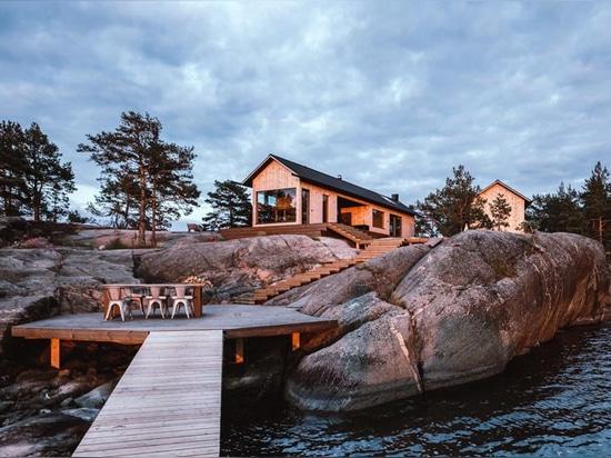 Este par de cabañas contemporáneas se encuentran en una isla del archipiélago finlandés