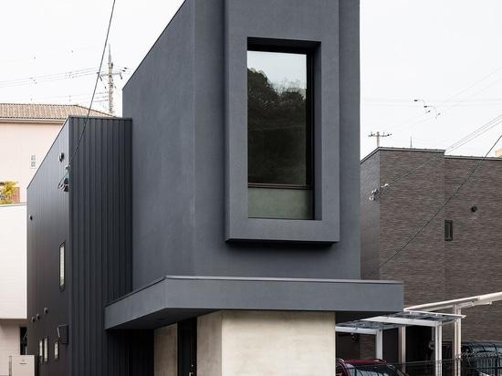 Una casa delgada en Japón desafía sus estrechas proporciones con una finura minimalista