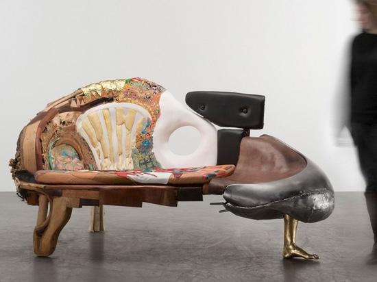 Homenaje subversivo a los clásicos del diseño de Kostas Lambridis redefine el valor de los materiales