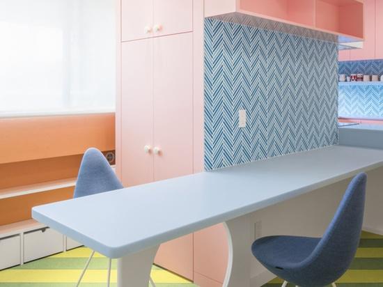 Adam Nathaniel Furman crea el interior de un apartamento de juguete a partir de una paleta de colores pastel en Tokio