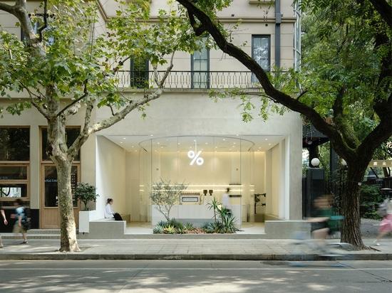 El estudio de arquitectura B.L.U.E. diseña esta mínima cafetería con fachada de cristal en Shanghai