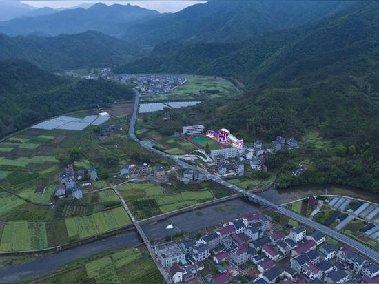 Esta colorida escuela primaria parecida a una casita de campo actúa como un pueblo de montaña en miniatura en Hangzhou