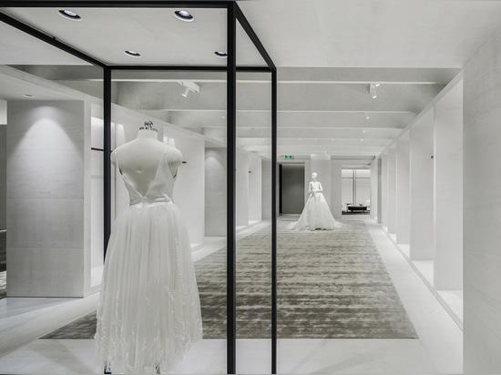 El Atelier Tao+C combina un interior brillante con salas de exposición de marco negro para la tienda insignia en China